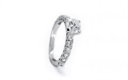 Diamante su anello in oro bianco