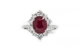 Rubino su anello in oro bianco e diamanti