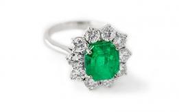 Smeraldo su anello in oro bianco e diamanti