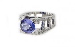 Zaffiro su anello in oro bianco e diamanti